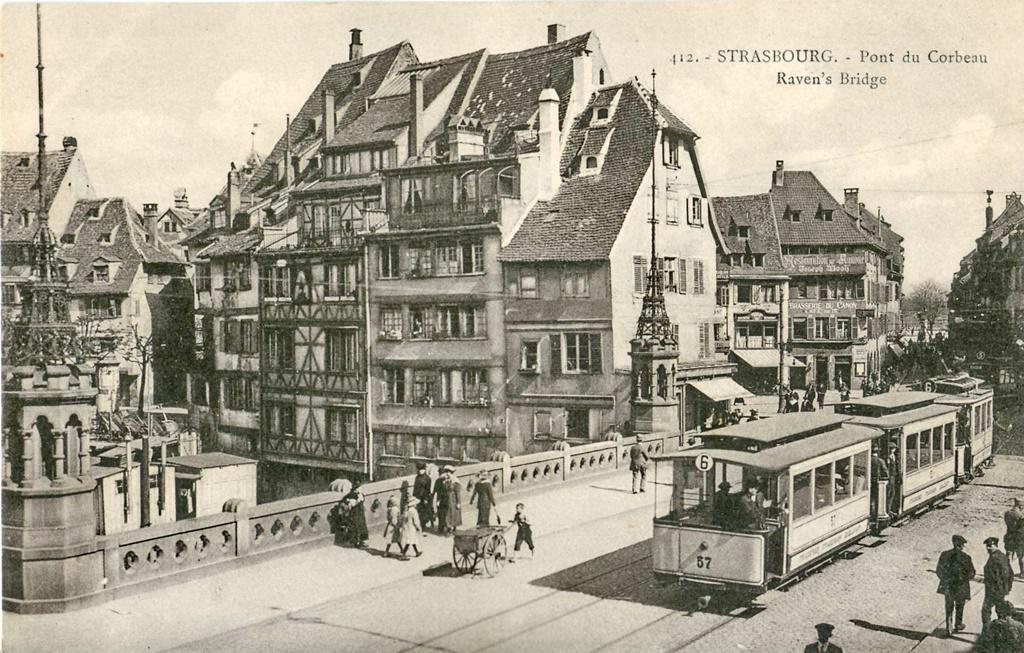 Strasbourg tramway de la ligne 6 sur le pont du Corbeau